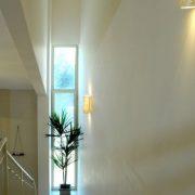הכנסת אור לעיצוב עם חלון אנכי גבוהה