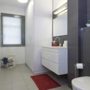 עיצוב פנים-חדר-מקלחת-על-גווני-אפור