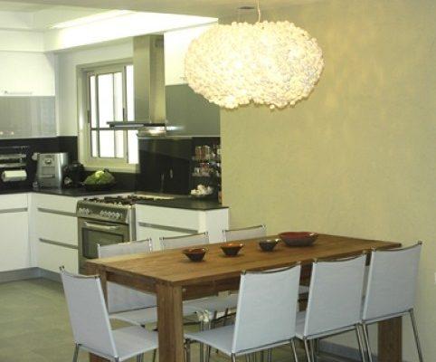 פינת אוכל מעוצבת בצמוד לסלון המטבח